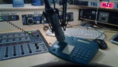 Das Telephon-Interview haben wir geführt, indem wir den Lautsprecher des Telephons angeschaltet und ein Mikrophon darüber gehängt haben. Das ist skurill, aber es funktioniert überraschend gut.